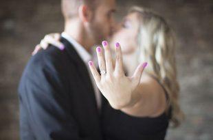 Frau mit Verlobungsring am Finger